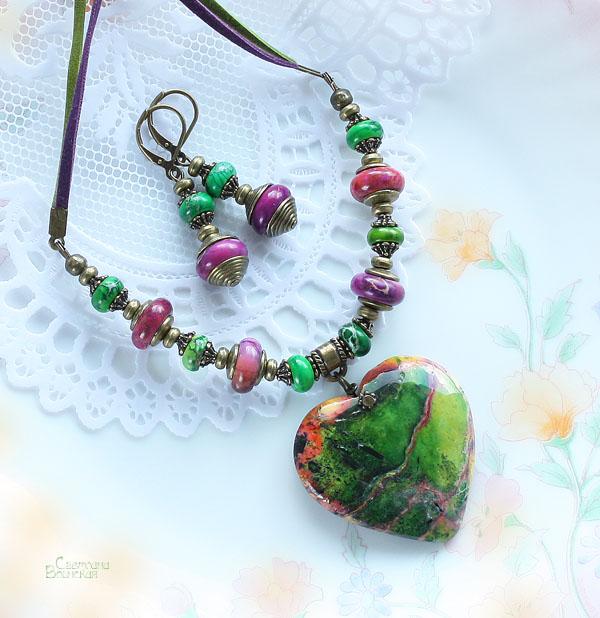 авторские дизайнерские украшения бусы натуральные камни сердце подвеска из камня бусы варисцит яшма зеленый розовый фиолетовый