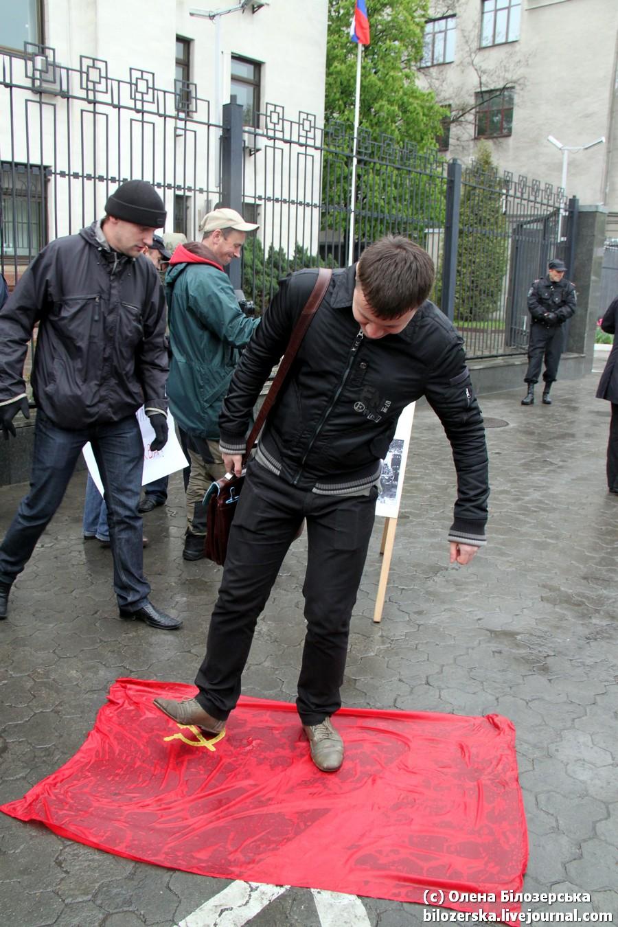 Во Львове запретили праздновать День Победы, а в Киеве топтались на Флаге Победы