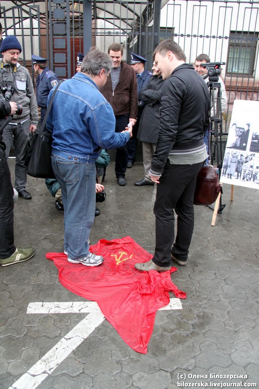 Во Львове запретили праздновать День Победы, а в Киеве топтались на Флаге Победы http://pics.livejournal.com/bilozerska_rus/pic/0006g4ab