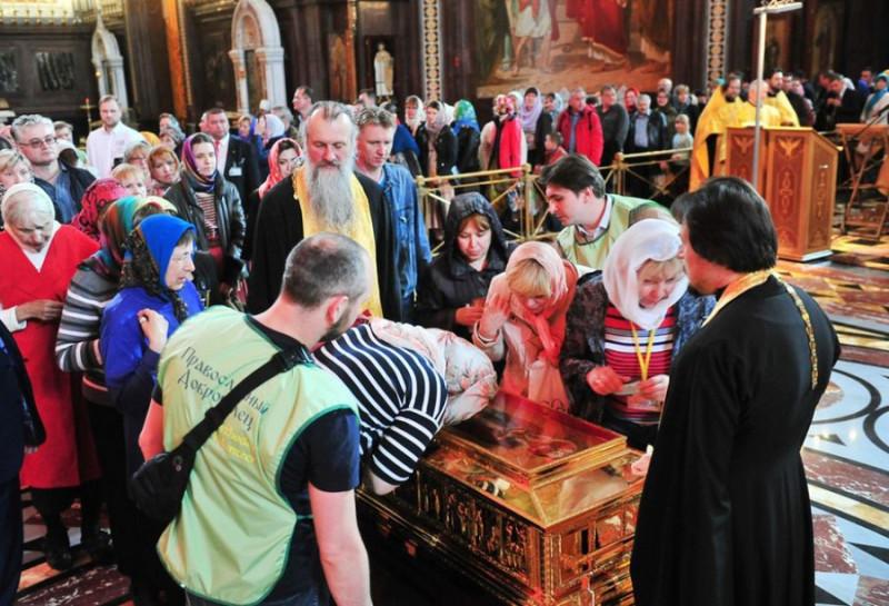 Поклонение святым мощам в храме