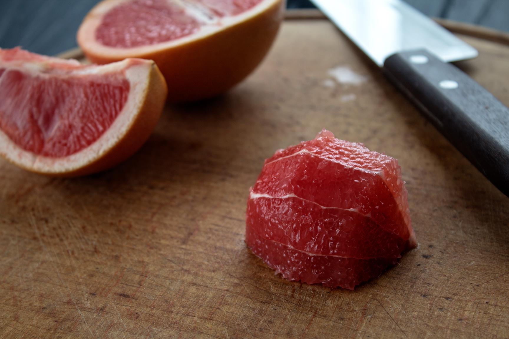 Для того,чтобы это сделать, сначала очистите острым ножом весь грейпфрут  так, чтобы на его поверхности не осталось белой пленки.
