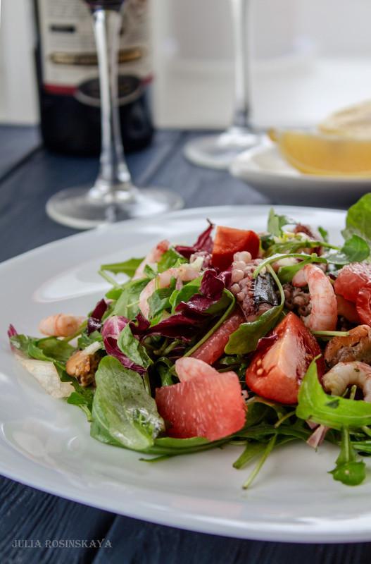 Легкий салат с морепродуктами и грейпфрутом.