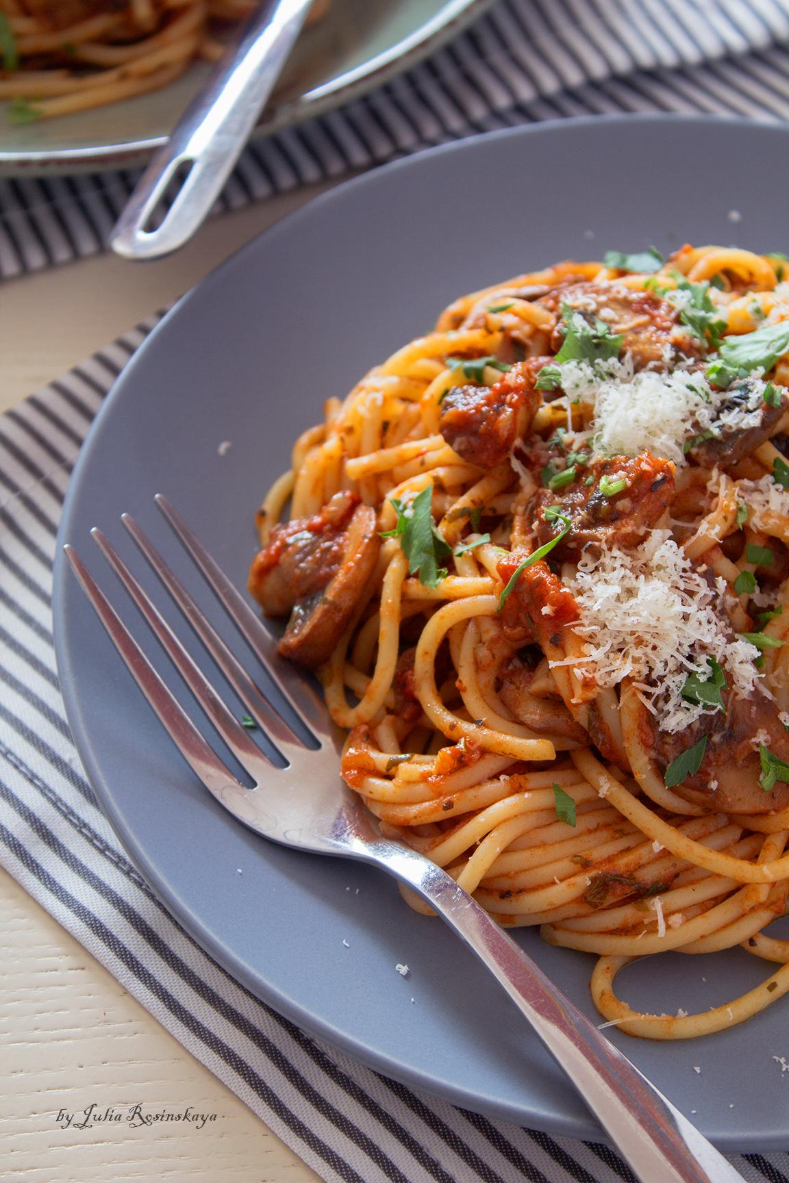 макароны с грибами в томатном соусе
