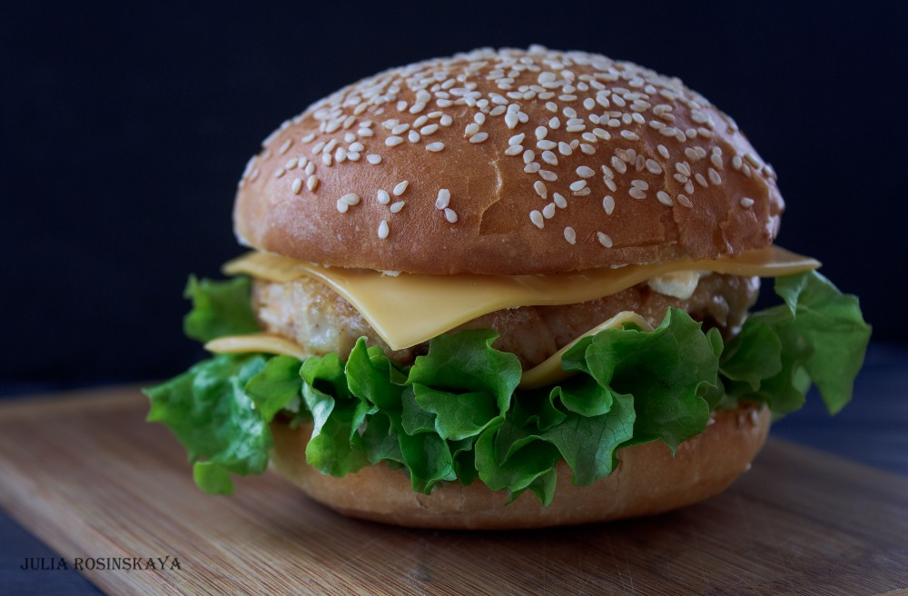 Гамбургер с курицей и гуакамоле.