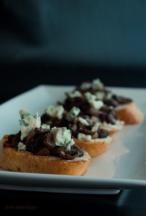 Кростини с грибами, тимьяном и сыром «Горгонзола»