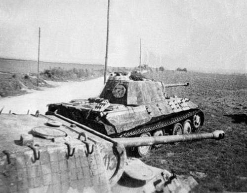 Подбитые немецкие тяжёлые танки Pz.Kpfw. V «Пантера» в Нормандии.