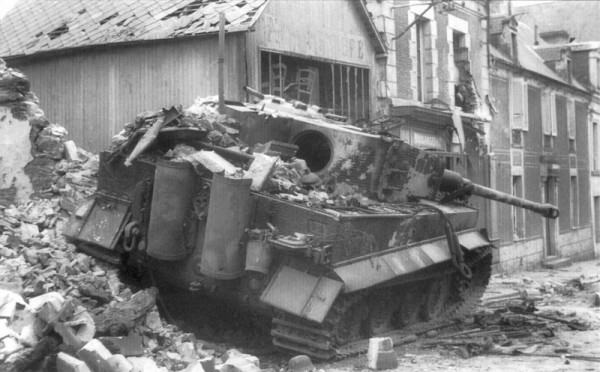 Уничтоженный танк «Тигр» в Вилле-Бокаж, Нормандия.