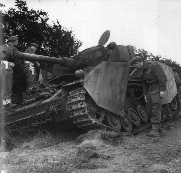 Англичане осматривают подбитый в Нормандии немецкий танк Pz IV