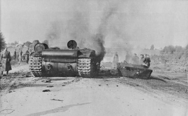 Советский танк КВ-1, подбитый на дороге из немецкой 88-мм зенитки. Башня сорвана из-за детонации безапаса танка.