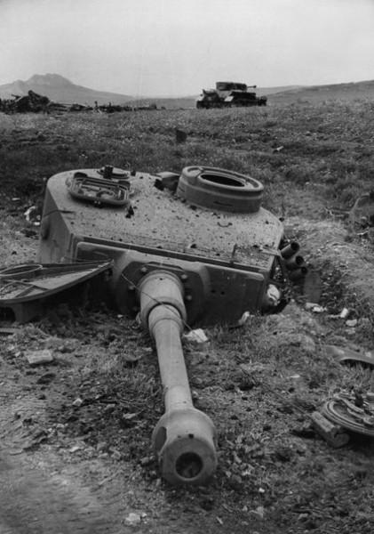 Сорванная башня немецкого танка «Тигр», разрушенного взрывом в Тунисе