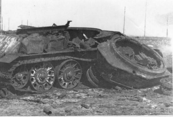 Уничтоженный взрывом советский танк Т-34-76