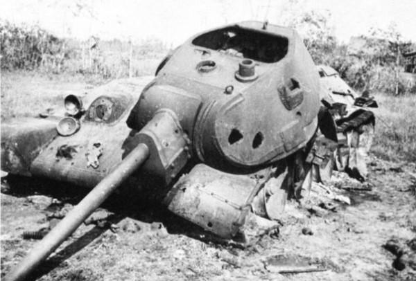 Уничтоженный внутренним взрывом танк Т-34 в районе Можайска