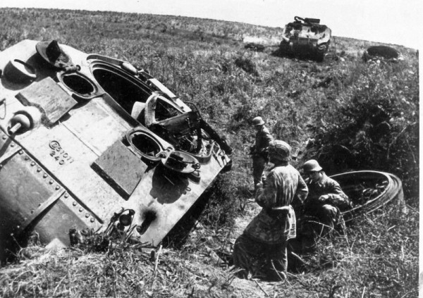 Немцы рассматривают уничтоженный американский танк М4 «Шерман». Италия.