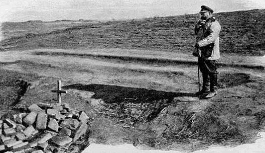 Генерал Путилов у братской могилы