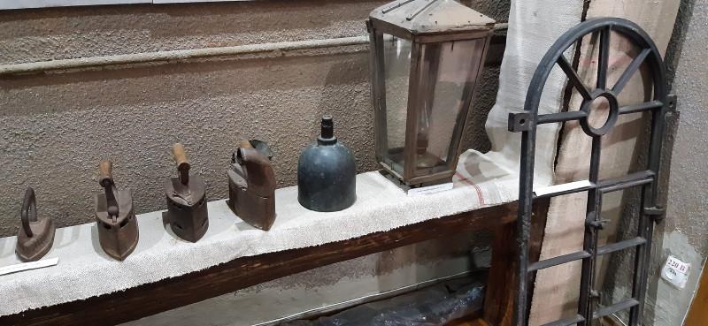 Утюги, форма для цукрових голів, ліхтар та грати на вікно.