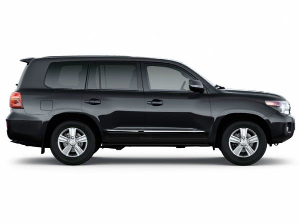 1333710492_the_new_suv_toyota_land_cruiser_200_appeared_in_the_russian_dealers_07