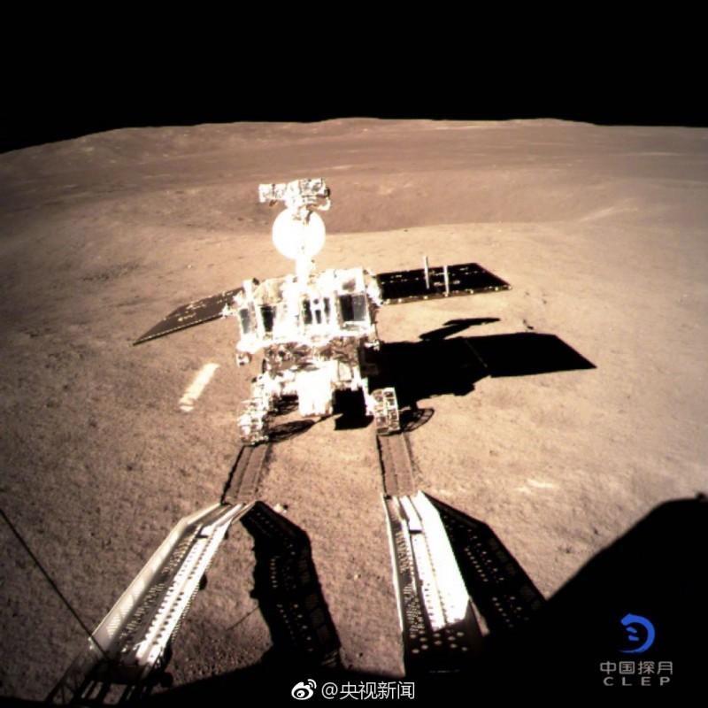 """Первые следы на обратной стороне Луны - луноход """"Юйту-2"""" (""""Нефритовый заяц"""") сошел на дно кратера Карман вблизи южного полюса Луны 3 января 2019 года. Credit: CLEP"""
