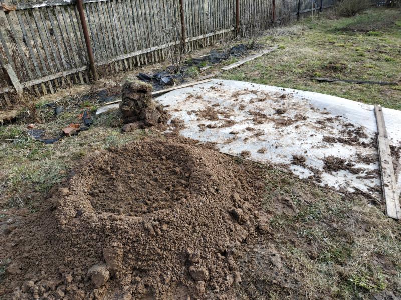 Разокучиваю глину в стенки клумбы, внутри остаётся плодородная земля.