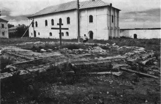 Фундамент церкви XVII века с вмурованными надгробными плитами со старых русских кладбищ