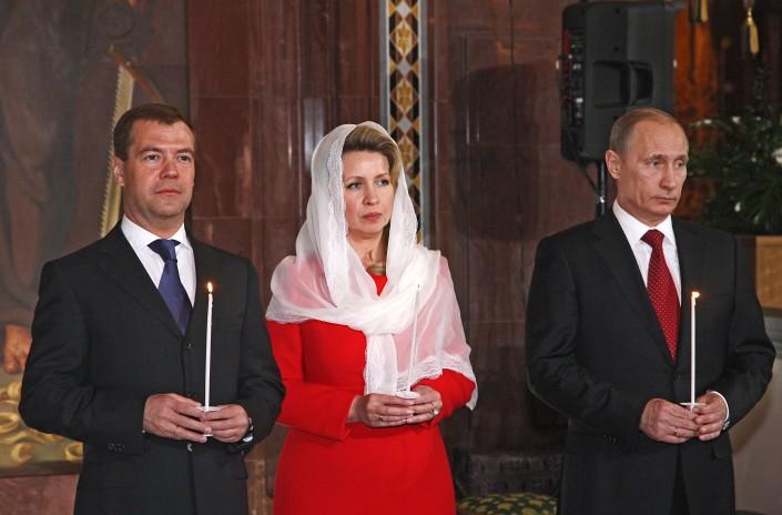 Путин со свечкой