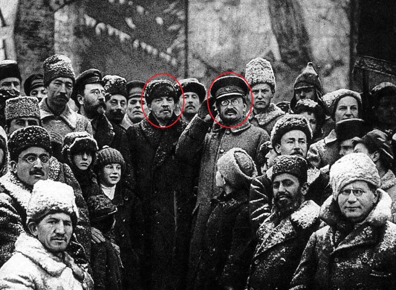 В центре обозначены кружками Ленин и Бронштейн-Троцкий.
