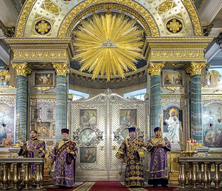 Казанский собор в С-Петербурге, вверху символика Бога: изображение Духа Святого, исходящего из пирамиды.