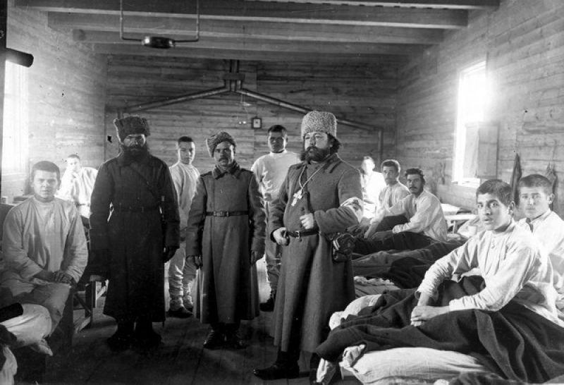Полковой священник среди раненых в лазарете