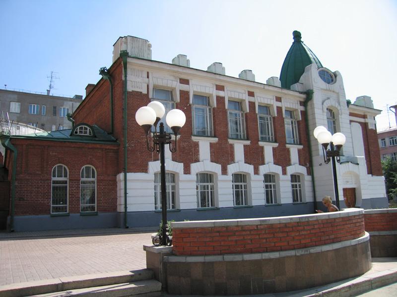 Городская начальная школа на углу улиц Ленина и Революции.  Сегодня Театр кукол. Дмитрий Туваев фотограф.