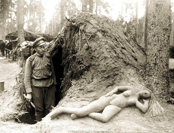 Разведчик Алексеев возле его скульптуры из сырого песка. август 1916 года.