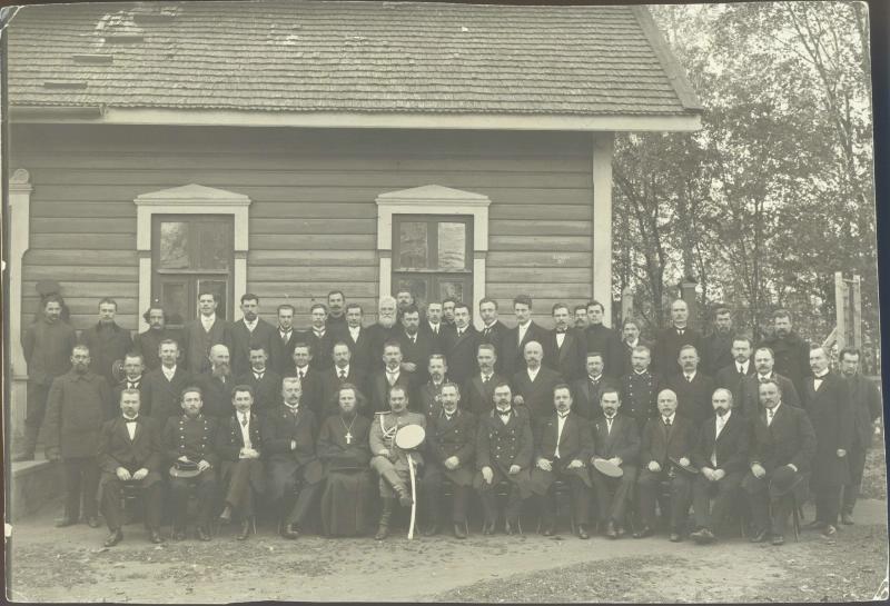 Групповой портрет рабочих и служащих железнодорожных мастерских города Барановичи 1912
