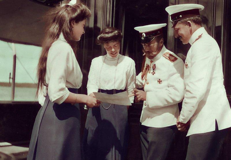 С сайта https://moiarussia.ru/ Николай II Николай II с дочерью Татьяной и сестрой Ольгой Александровной, а также офицером на палубе яхты «Штандарт»