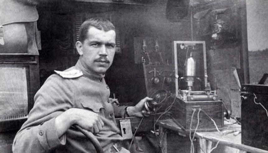 Начальник полевой радиостанции прапорщик С.И. Вавилов; на радиовахте