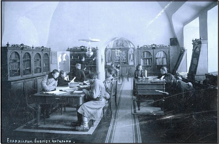 В читальном зале Вятской епархиальной библиотеки. Начало ХХ века. Из VK Архивы и библиотеки.