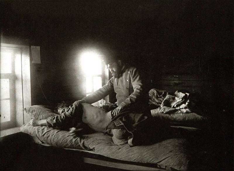 Доктор Решетилов осматривает больного сыпным тифом Кузьму Кашина в селе Накрусове. Фото М.П. Дмитриева. 1891-92 гг.