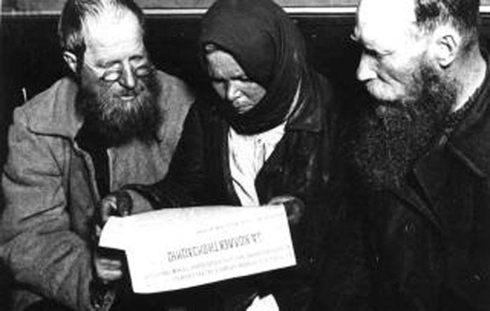 Делегаты колхозной конференции   читают газету За коллективизацию