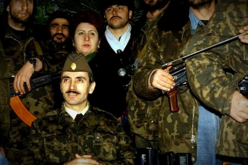 Джохар Дудаев вместе с боевиками (изображение взято из источников)