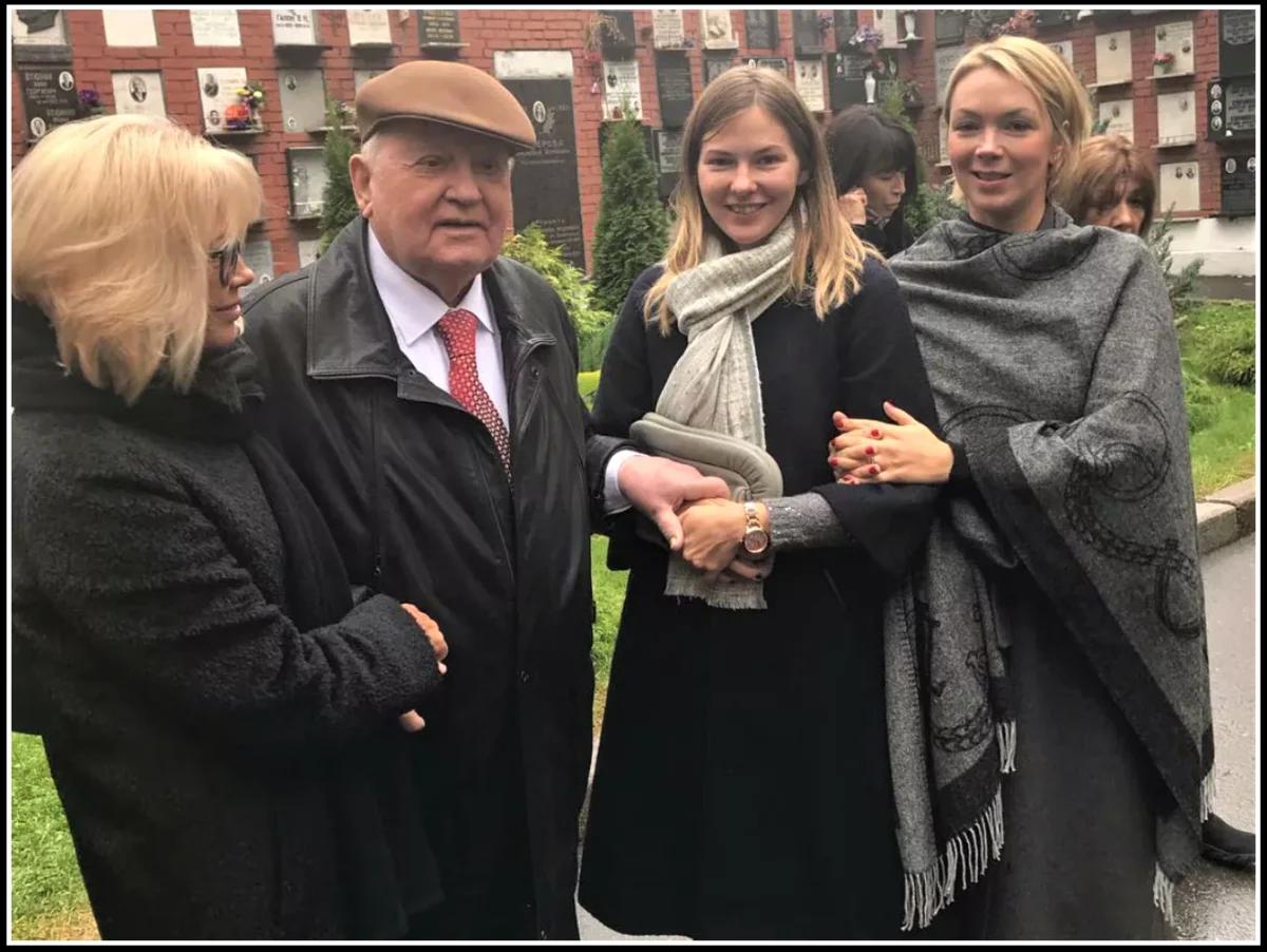 Михаил Горбачев со своею дочкой и внучками в Германии (изображение взято изо открытых источников)