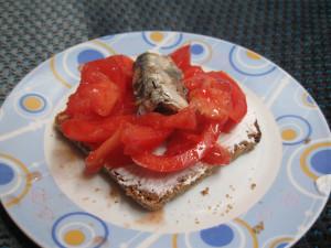 Whole grain bread Sardine tomato