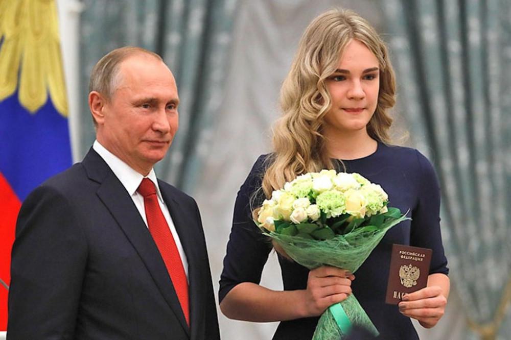 Политика Путина: школьники получили паспорта в Кремле