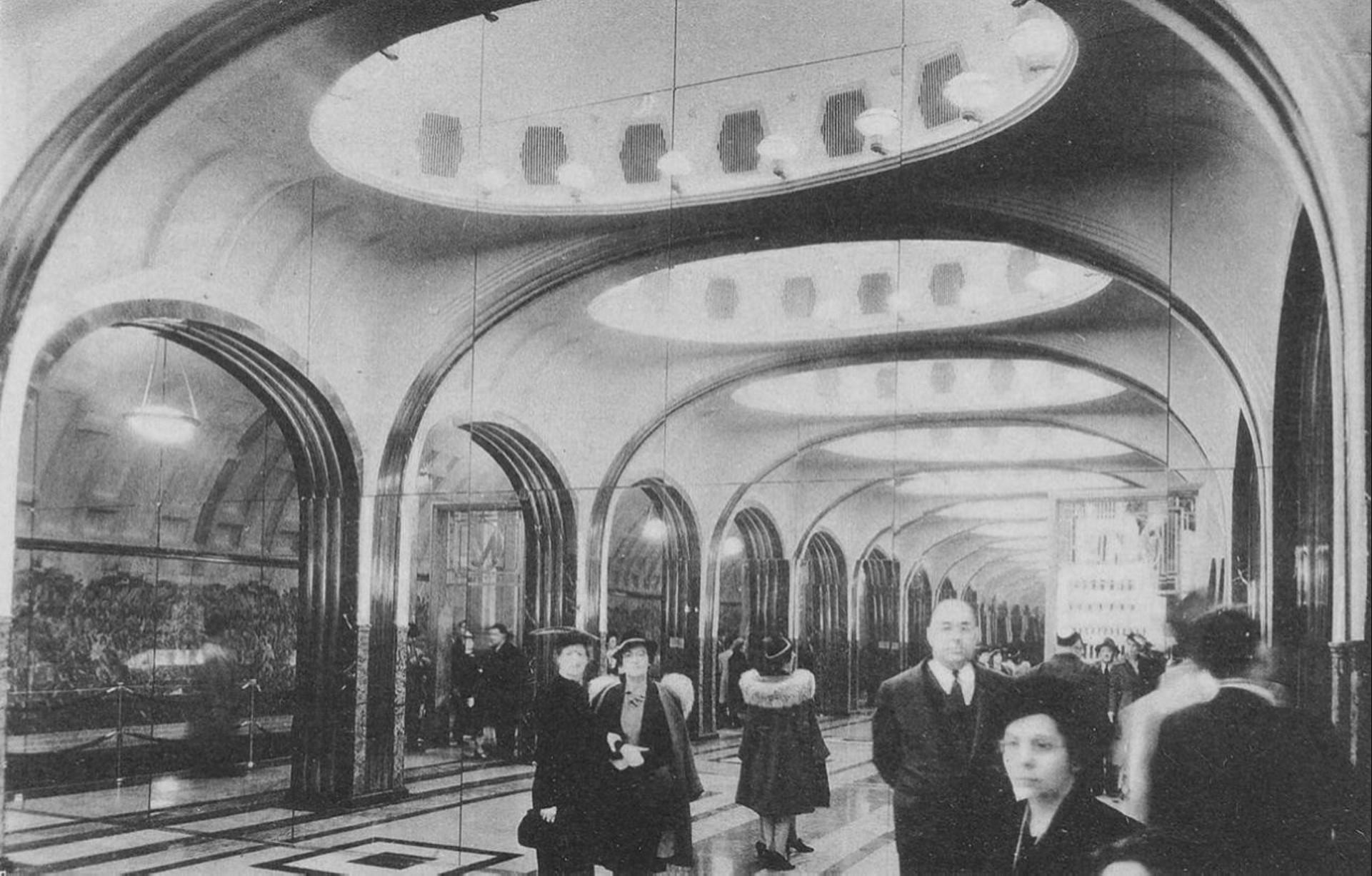 маяковская на выставке 1939.jpg