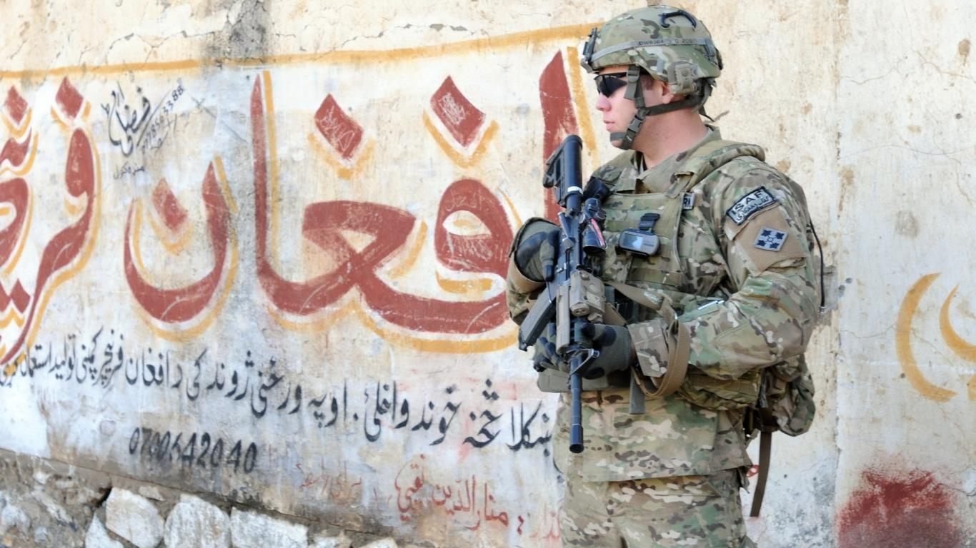Боец у стены с надписью Афган (3)