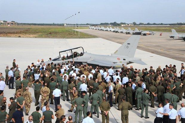 Il personale del 61° Stormo saluta i piloti del T346