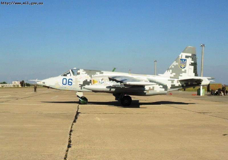"""Модернизированный штурмовик Су-25М1 (бортовой номер  """"06 синий """") ВВС Украины в новом  """"цифровом """" камуфляже."""