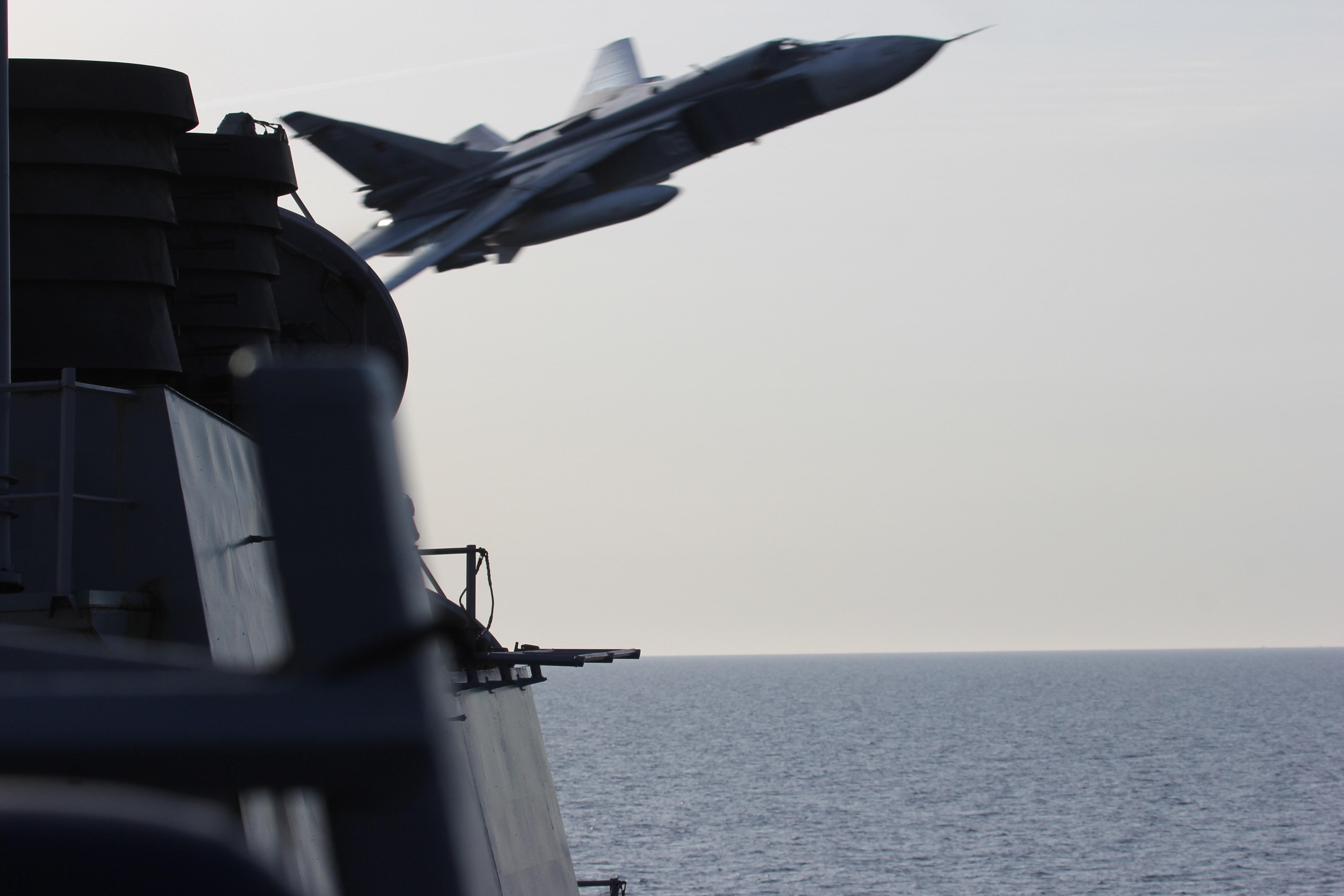 Российские морские Су-24М снова облетают американский эсминец Donald Cook