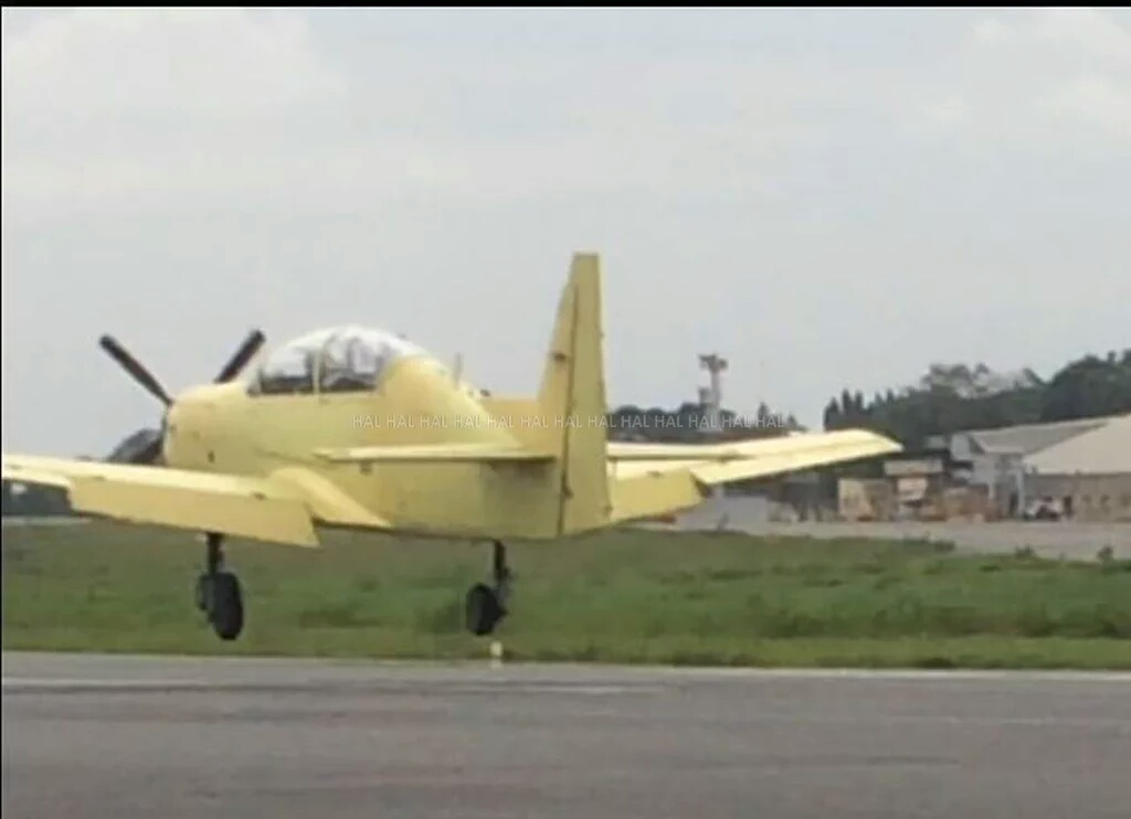 Первый полет индийского учебно-тренировочного самолета НТТ-40