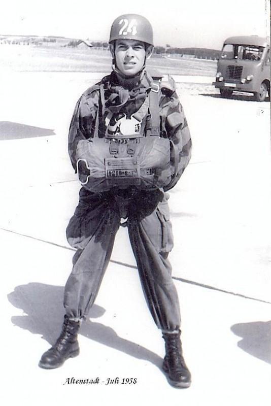 Fallschirmjäger_in_voller_Ausrüstung_1958