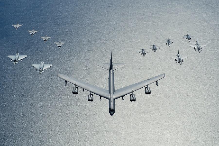 В-52 в почетном эскорте над Балтикой