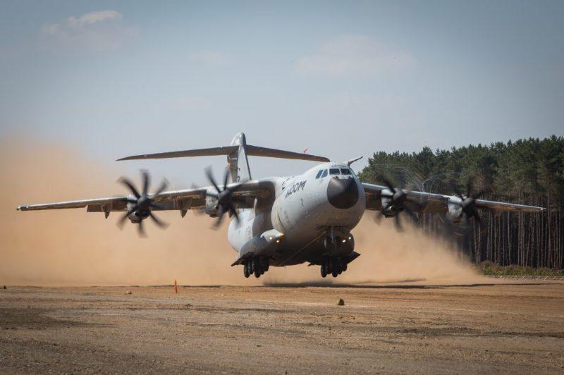 Военно-транспортный самолет Airbus А400M прошел испытания по взлету и посадке на песок