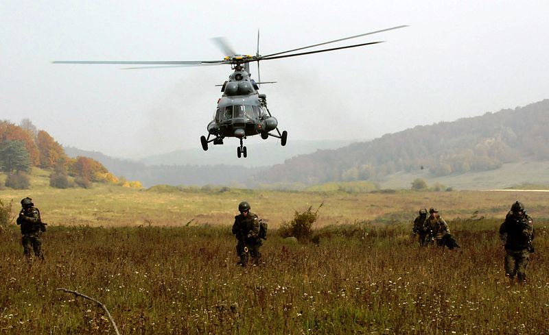 800px-Polish_Special_Forces_and_a_Lithuanian_Mi-17_helicopter
