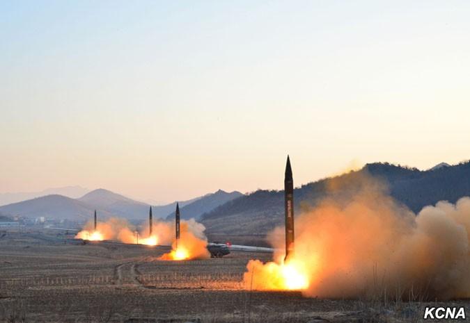 """Групповой запуск ракет """"Хвасон"""" стратегических войск Корейской народной армии."""